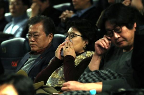 韓國總統文在寅上週前往觀賞《1987:黎明到來的那一天》,看得臉色沉重,總統夫人頻頻拭淚,金倫奭(右)也感動不已。(東方IC)