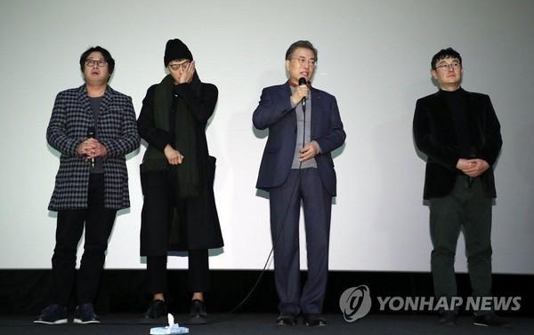 韓國總統文在寅觀看《1987:黎明到來的那一天》發表簡短演說,姜棟元(左二)眼淚大噴發,哭到無法說話。(網路圖片)