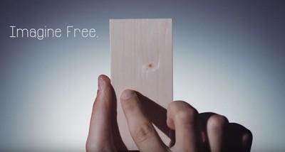 免充電的「木板Phone」廣告看攏謀? au電信勸果粉:放下手機才對