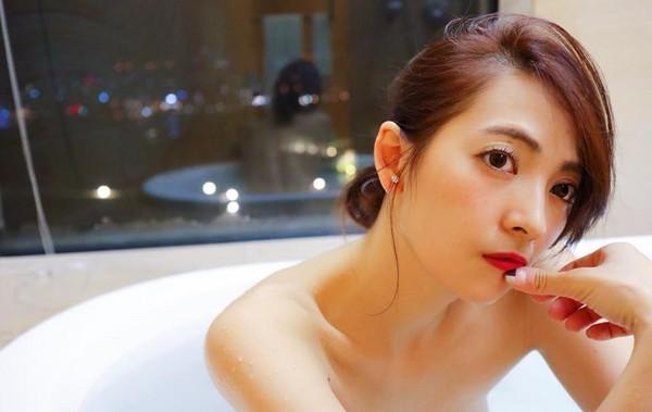 ▲▼阿喜入浴自拍PO網,結果後方鏡子,清楚反射出全裸美背,讓網友看了血脈賁張。(圖/取自阿喜林育品臉書)