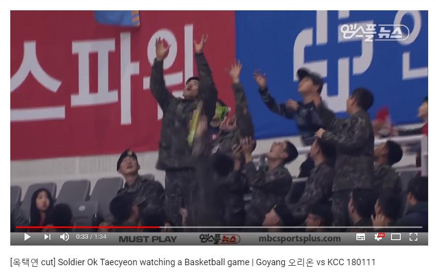 ▲▼球賽阿兵哥跳起來接禮物 一看竟是「野獸男偶像」。(圖/翻攝自YouTube Taecyeon Compilations)