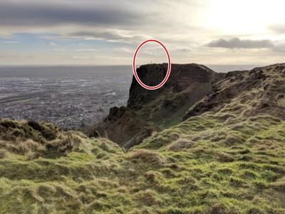 「那裡有人!」洋男山崖邊自拍 放大一瞧背脊發涼…