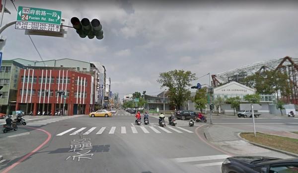 ▲▼永康男大生騎車前往百貨公司與女友碰面,卻在途中遭闖紅燈轎車撞死。(圖/翻攝Google Map)