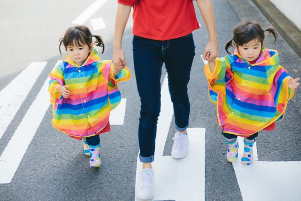 ▲▼親子,媽媽,母子,子女,雙胞胎,女兒,孩子,女童,散步,牽手,小孩。(圖/取自免費圖庫pakutaso)