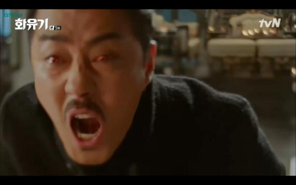 ▲▼孫悟空為了讓牛王魔痛苦,餵牛魔王喝唐三藏的血。(圖/翻攝自tvN)