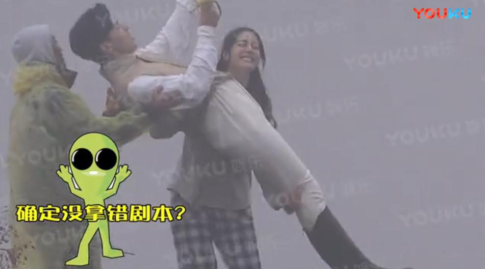 ▲▼迪麗熱巴「公主抱鄧倫」!。(圖/翻攝自優酷)