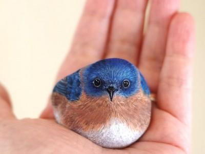 藍色鳥鳥在手裡融化啦♪ 仔細一看…唉呀怎麼是石頭
