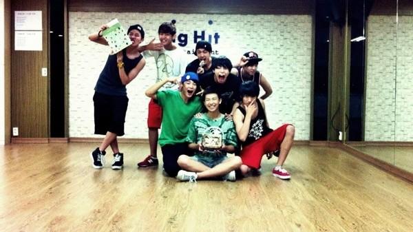 ▲防弹少年团(BTS)第一张合照中出现「第8位成员」。(图/翻摄自韩网)