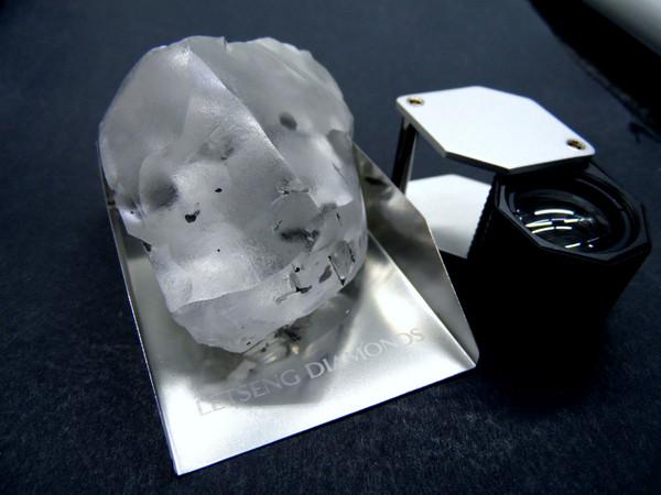 ▲▼南非賴岑礦場出產的史上第五大無色鑽石。(圖/路透)