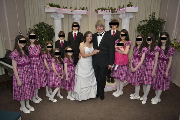 ▲路意絲與大衛涉嫌長期拘禁13名子女,將他們以手銬銬在床邊。(圖/翻攝自翻攝自David Allen Turpin臉書)