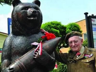 唯一「打過二戰」的熊!不只會抽菸喝酒 搬砲彈比人還猛