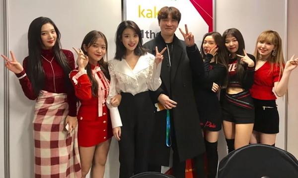 ▲IU為經紀人達成和女團Red Velvet合照的願望。(圖/翻攝自YouTube)