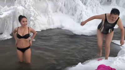 俄國零下65度愛洗「冰河消暑澡」 比基尼妹才遊兩圈...凍到抖笑