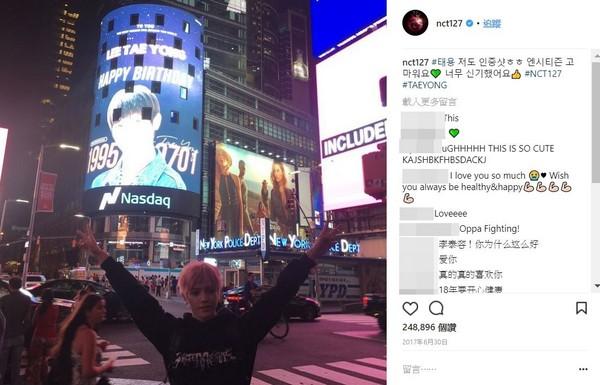 ▲NCT 127泰容在紐約時代廣場自己的慶生看板拍下認證照。(圖/翻攝自NCT127 IG)