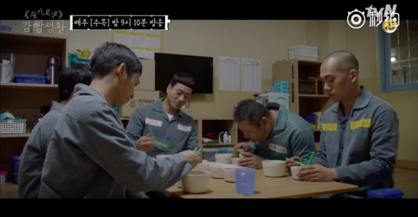 ▲《機智牢房生活》小迷糊出獄後再次吸毒。(圖/翻攝自tvN)
