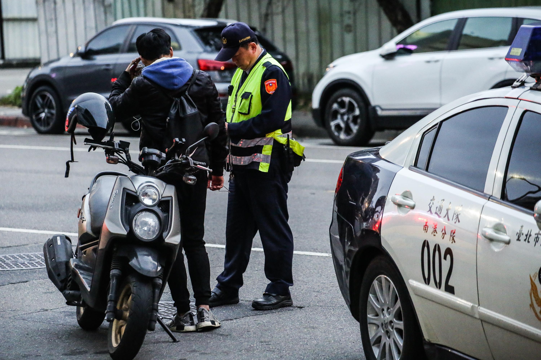 ▲▼臨檢,交通隊,違規,罰單,摩托車,機車,警察,交通警察。(圖/記者周宸亘攝)