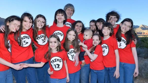 ▲▼鬼父母囚禁13子女「鐵鍊銬床邊」。(圖/翻攝自推特/Tom Cleary)