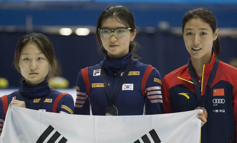 ▲沈錫希(中)是南韓在平昌冬季奧的奪金希望之一。圖為她在2015年女子短道競速滑冰世界盃奪金後的畫面。(圖/達志影像/美聯社)
