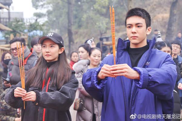 ▲陳鈺琪(左)、曾舜晞到場參加開鏡儀式。(圖/翻攝自微博)