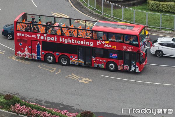 ▲▼臺北市雙層觀光巴士,台北雙層觀光巴士,Taipei Sightseeing,台北觀光,旅客(圖/記者季相儒攝)