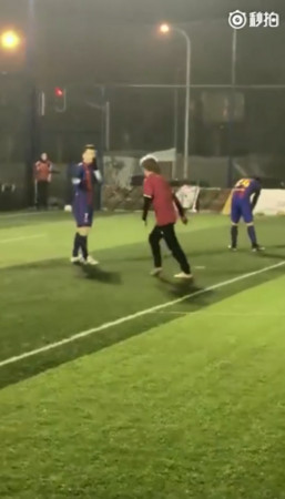 ▲▼踢足球的男生好帥「遇到男神了」(圖/翻攝自微博)