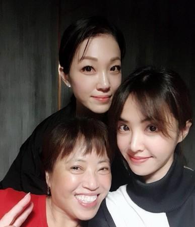 蔡依林和姊姊蔡旻紋、媽媽合照。(圖/翻攝自蔡旻紋臉書)