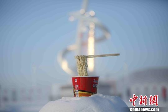▲▼中國最北地區「比冷」,鐵皮上煎冰蛋、泡麵挑起變冰川。(圖/翻攝自中新網)