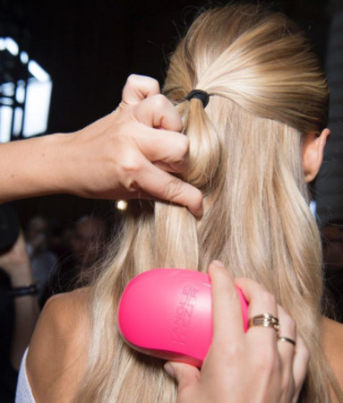 ▲用手先握住一搓頭髮,在開始輕輕梳理,才不會給頭髮過大的壓力。(圖/翻攝自@tangleteezer Instagram)
