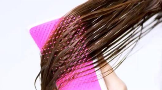 ▲頭髮還沒乾就急著梳開,很可能會傷害到頭髮的角質層。(圖/翻攝自@tangleteezer Instagram)
