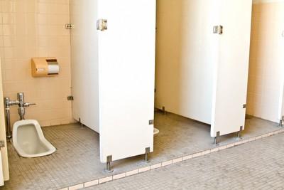 iPhone開影音伸進雙腿下 妙齡女沒抓到!如廁全都錄