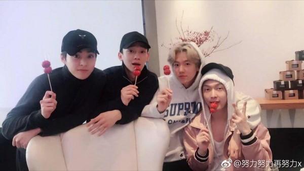 ▲前阵子EXO成员XIUMIN、CHEN、伯贤到北京,张艺兴请他们吃糖葫芦。(图/翻摄自张艺兴微博)
