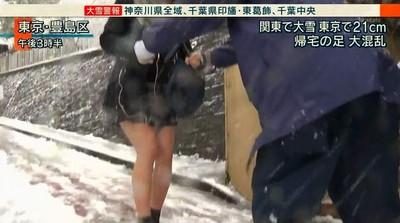 緊貼短裙妹還牽手!日本「下雪福利」羨煞全網:好想當警察啊