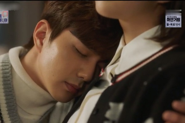 ▲《不是機器人啊》俞承豪吻上蔡秀彬。(圖/翻攝自MBC)