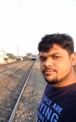 印度男子和火車被撞飛。(圖/翻攝YouTube)