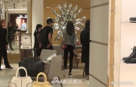 ▲�郭富城陪老婆做头发、逛街,扫货18双鞋宠妻。(图/翻摄自新浪娱乐微博)