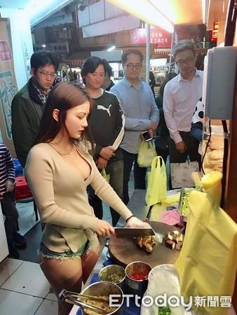 ▲小桃子擔任台中滷味攤一日店長,吸引了許多人排隊,專心看著她切滷味。(圖/小桃子授權提供,請勿隨意翻攝,以免侵權,下同)