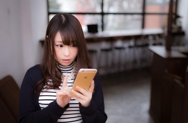 玩手機,滑手機,上網,智慧手機(圖/pakutaso圖庫)