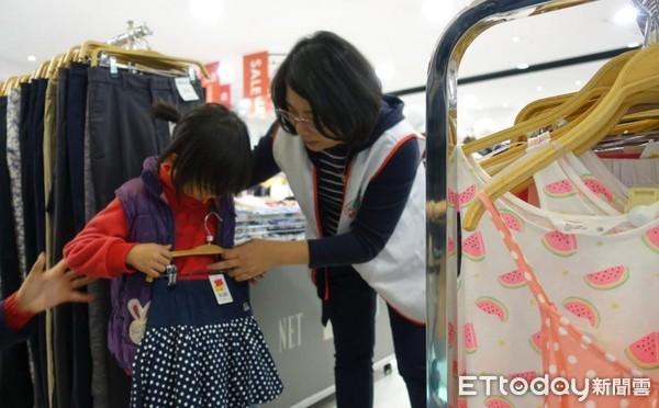 ▲▼弱勢家庭孩童常穿二手衣,NET封館讓他們挑新衣。(圖/南投家扶中心提供)