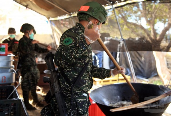模擬戰場環境,陸戰官兵26日進行野外炊爨訓練。(圖/軍聞社)