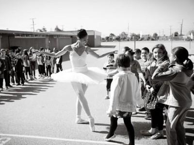 芭蕾舞團唯一黑人!穿舞裙走進犯罪地區 在街邊教孩子跳舞