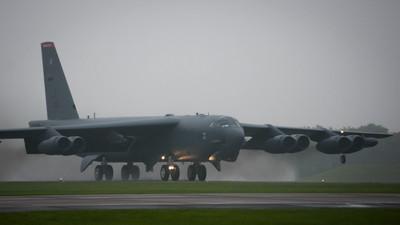美軍B-52轟炸機連兩週飛南海