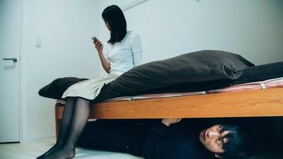 鏡中瞥見「女友坐起怒瞪」 轉頭倒回去睡!同居男嚇壞不敢多問