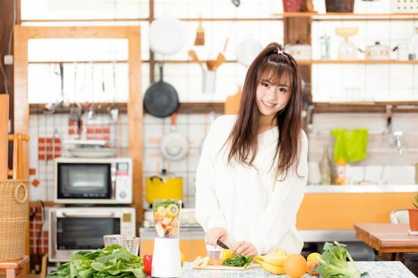 ▲女孩,做菜,煮飯。(圖/翻攝PAKUTASO)