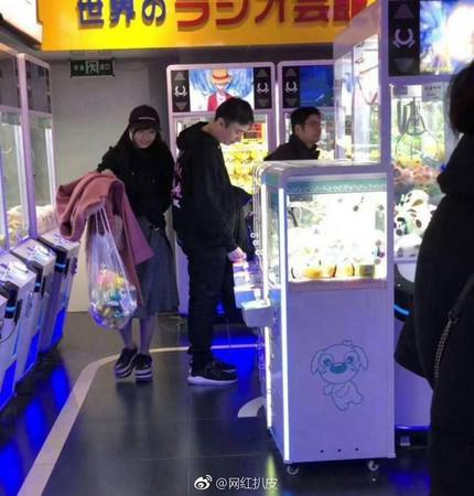 ▲王思聰和佐野雛子約會被拍。(圖/翻攝自微博)