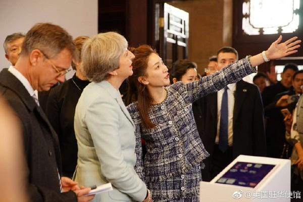 ▲▼江疏影為英國首相翻譯。(圖/翻攝自《英國駐華使館》微博)