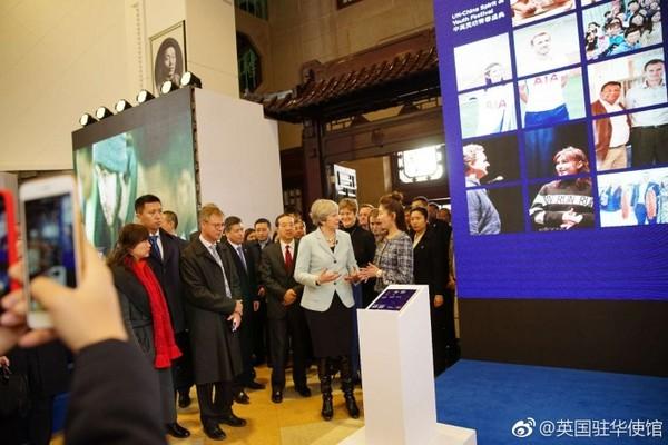 ▲江疏影為首相翻譯讓許多學生眼睛一亮。(圖/翻攝自《英國駐華使館》微博)