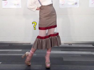 悲劇時尚!歌手Machico「鏤空長裙」 怎看都像褲子掉一半......