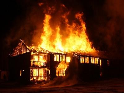 3次衝進火場!8歲英雄妹不顧滿臉灰 找水救「全身著火親哥」