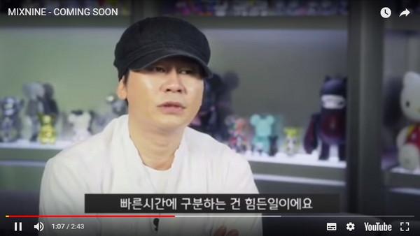 楊賢碩脫帽參加婚禮。(圖/翻攝自Youtube)