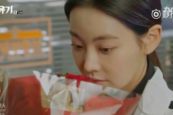 ▲《花遊記》第12集,「唐三藏」陳善美收到阿斯女送來的玫瑰。(圖/翻攝自tvN)